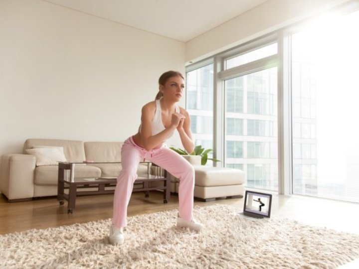 بالصور والفيديو... 5 تمرينات رياضية منزلية لشد عضلات الجسم