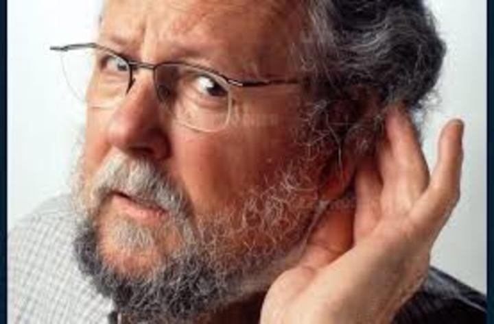 لماذا يصعب على الكبار سماع الآخرين في الأماكن المليئة بالضجيج؟