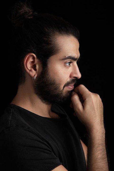 المصمم اللبناني جورج سعادة: لديّ تقنية خاصة في الخياطة