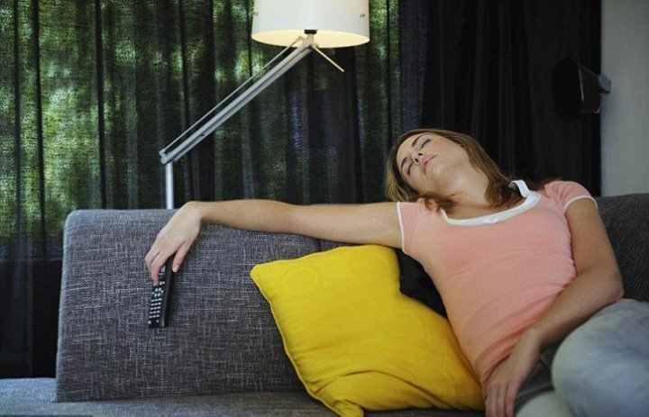 دراسة: النوم أمام التلفاز وتأثيره على الوزن عند النساء