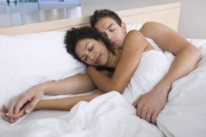 4 عادات يقوم بها الأزواج السعداء قبل النوم