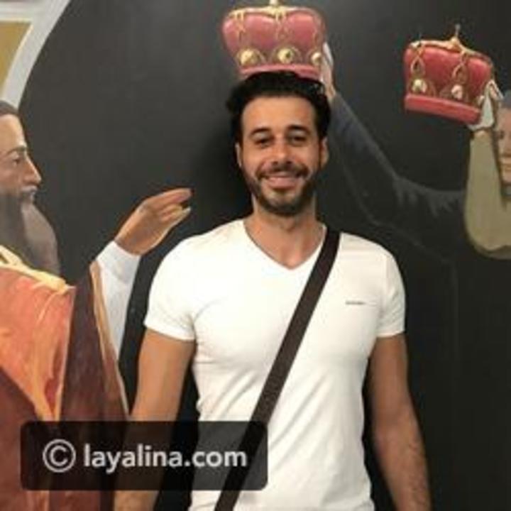أحمد السعدني يفاجئ متابعيه بما حدث لشعره بسبب انشغاله في هاتفه!