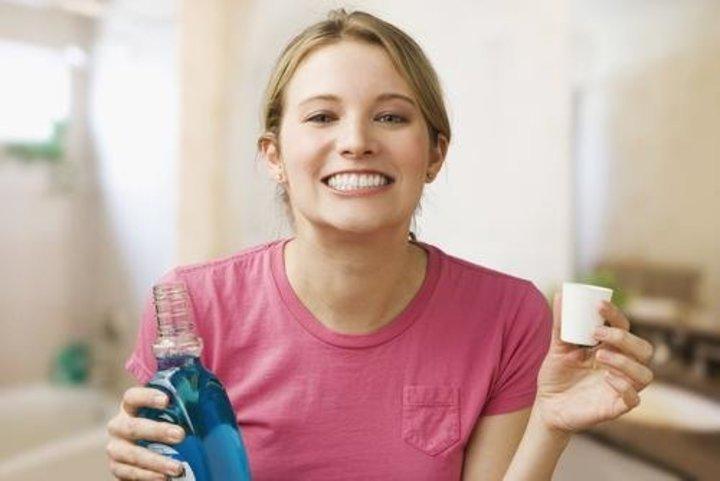 هل يقلل غسول الفم من مخاطر الإصابة بالأمراض المنقولة عن طريق الفم؟