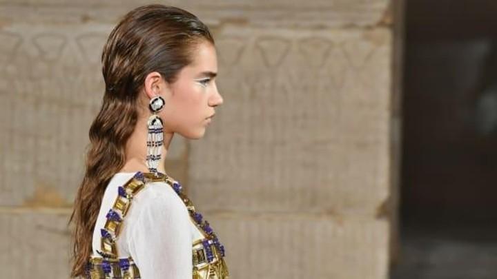 تسريحات مبتلة ومكياج عيون بألوان ورسمات جريئة في عرض شانيل Chanel Metiers D'Art