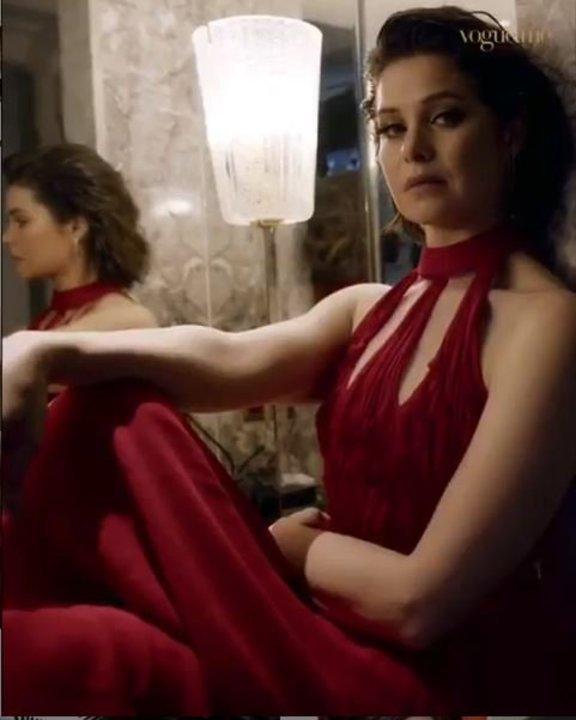 بفستان أحمر وشعر قصير.. يسرا اللوزي تبهر متابعيها بإطلالة جذابة