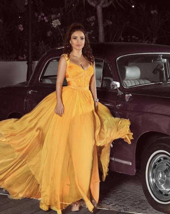 أزياء النجمات العربيات الصيفية جريئة بألوان فاقعة