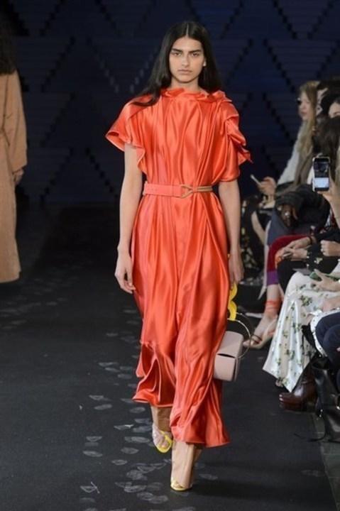 اللون البرتقالي يسيطر على موضة صيف 2018