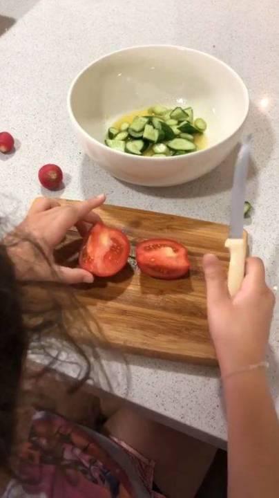 بالصور - شاهدوا كيف تعلم سيرين عبد النور ابنتها الطهو في سن مبكرة... وهذا ما حضرته