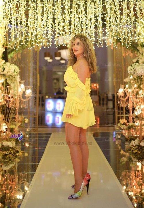 بـ فستان فوق الركبة .. نيكول سابا تشعل زفاف نسمة فاضل والأمين خيل.. صور