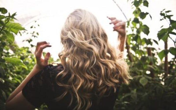 6 نصائح للسيدات من أجل شعر يشع باللمعان والقوة