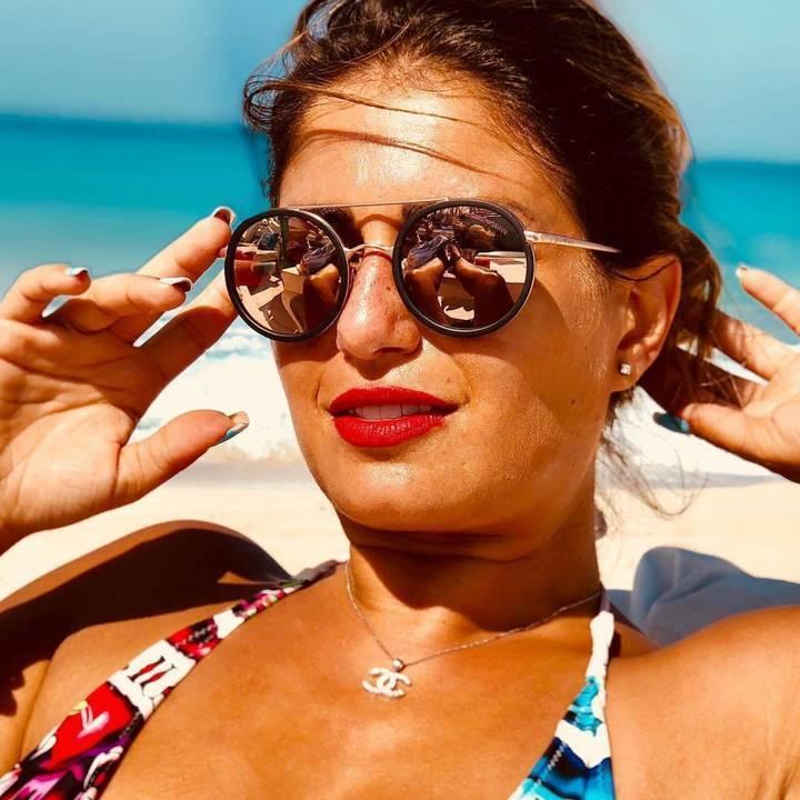 فضالي بالبيكني .. هل تعمدت إظهار باقي جسمها في إنعكاس نظارتها الشمسية؟