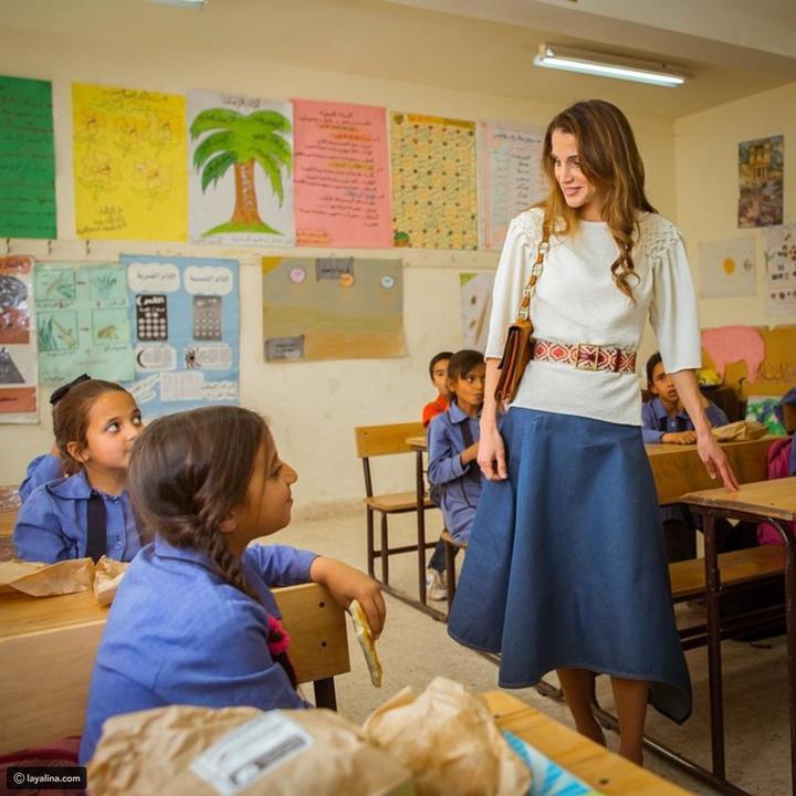 احترفي ارتداء التنانير من ملكة الأناقة رانيا العبدالله