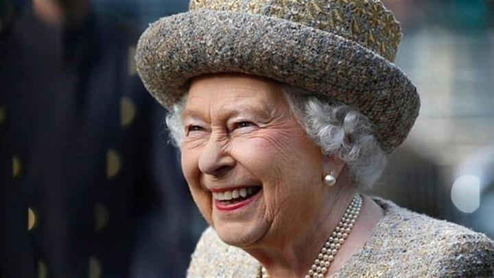 حقيبة يد لم تفارق إطلالات الملكة اليزابيث منذ 50 عامًا... صور