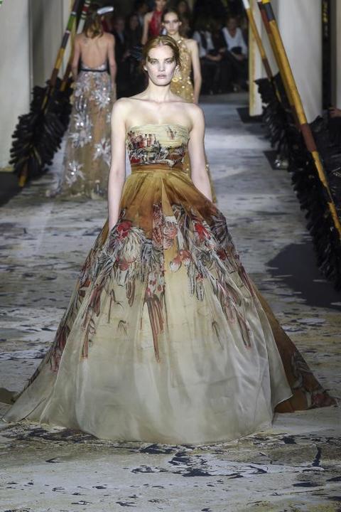 c61bb21de فساتين خطوبة من تصميم زهير مراد 2019 للعروس المميزة