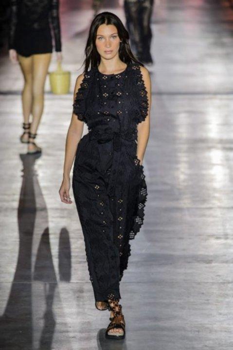 صور إطلالات بيلا حديد في عروض أزياء ربيع وصيف 2019