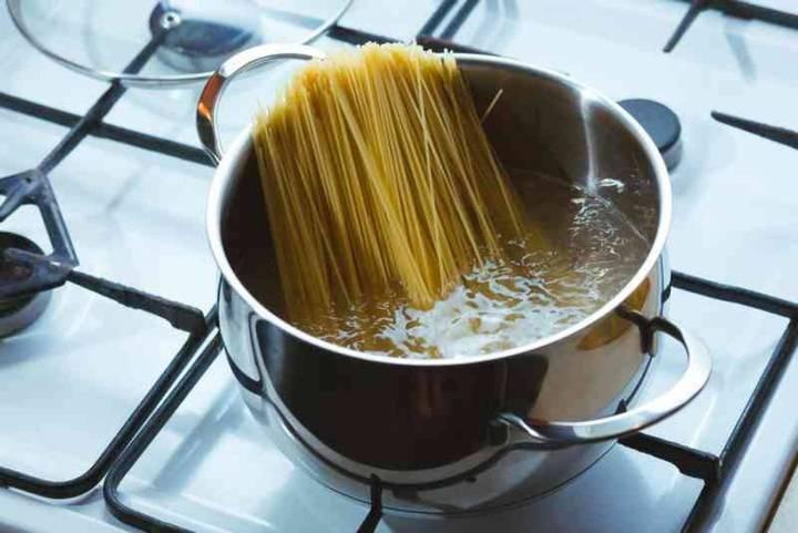 لهذا السبب تخطئين كثيراً عند التخلص من ماء سلق المعكرونة في حوض غسل الأطباق