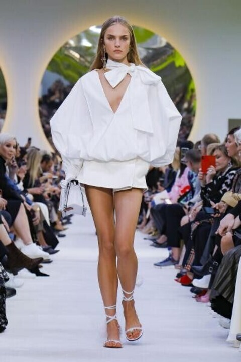 في عشق الأبيض بعرض أزياء فالنتينو