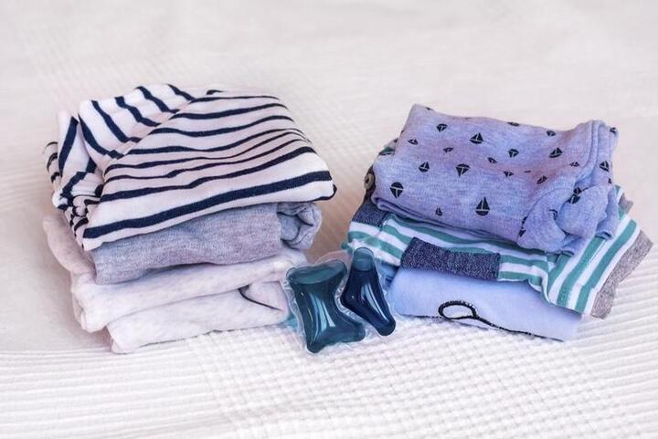 خطوات للتخلص من بقع الأطفال على الملابس