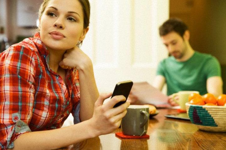 نصائح للتعامل مع شريك الحياة المدمن علي الهاتف