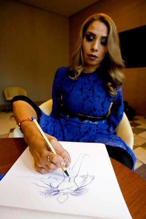 مصمّمة أزياء وُلدت من دون ذراعين ترسم وتضع المكياج بقدمها