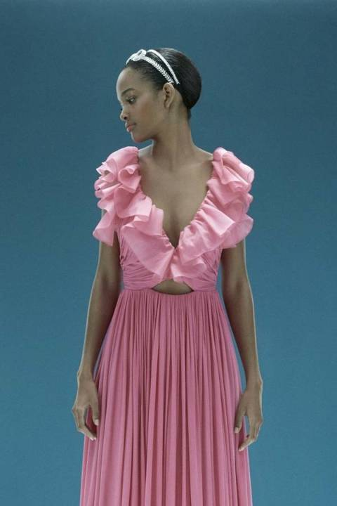 جامباتيستا فالي و H&M يصممان فساتين محدودة وأكسسواراً رائعاً للرأس
