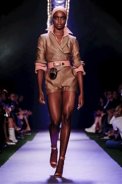 براندون ماكسويل يعكس الأناقة الاميركية في أزياء ربيع وصيف 2020