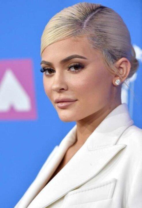 صور تسريحات الشعر المرفوع والطبيعي على طريقة كايلي جينر لشتاء 2020