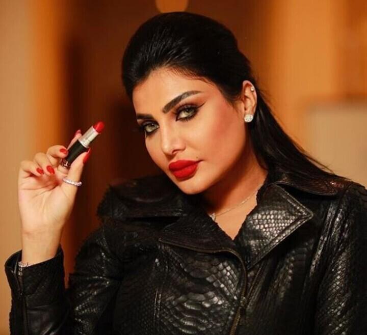 النجمات العرب يضعن مكياجهن بأنفسهن