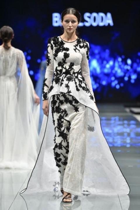03a0bdd3d فساتين سهرة مطرزة من عروض أسبوع الموضة العربي بالسعودية