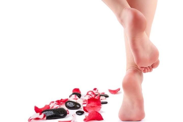 طرق تقشير وتنعيم القدمين للتخلص من تشققات الكعبين