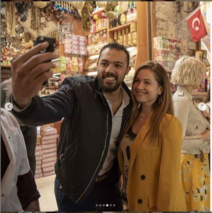 بدون مكياج.. ريا أبى راشد تتجول فى شوارع تركيا