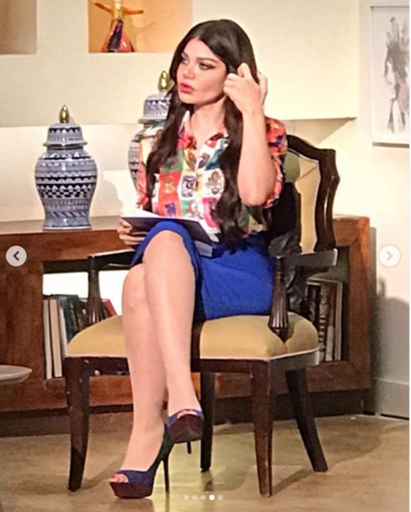 تنورة زرقاء قصيرة.. ياسمين الخطيب فى إطلالة كلاسيكية