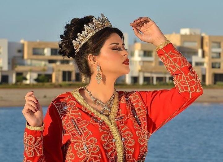 للمحجبات.. استوحي موديلات قفاطين مغربية اختارتها أشهر النجمات