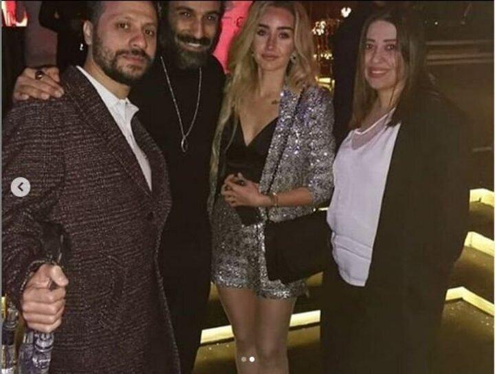 تنورة قصيرة وجاكيت لامع.. هنا الزاهد بإطلالة لافتة فى حفل عمرو دياب
