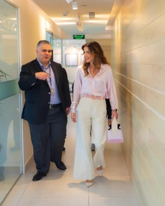 ازياء الملكة رانيا يطغى عليها التطريز الجذاب