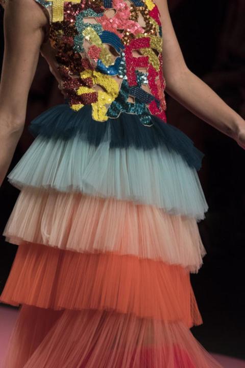 فساتين صيف 2019 من إليزابيث فرانشي منكهة بألوان قوس قزح