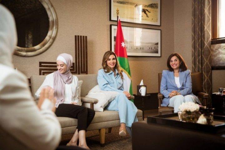 الملكة رانيا تعكس الأناقة الراقية بالتصاميم الزرقاء