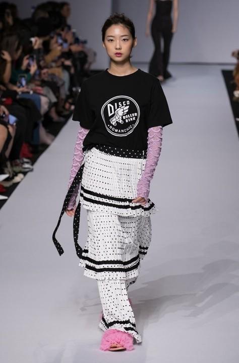 طريقة تنسيق الفستان فوق البنطلون