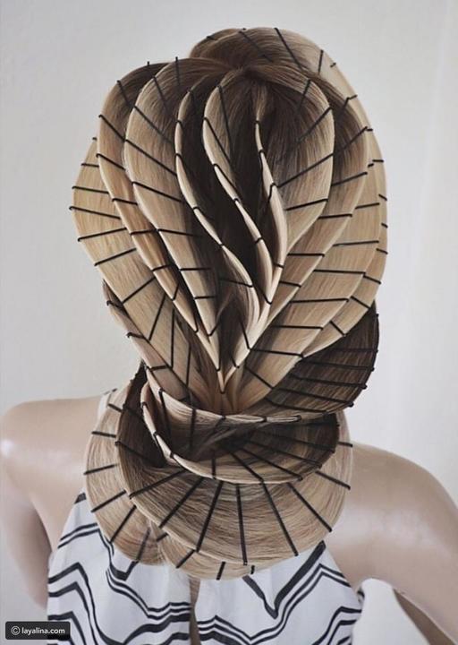 مصففة شعر تقوم بعمل منحوتات فنية للشعر بأستخدام البّنس