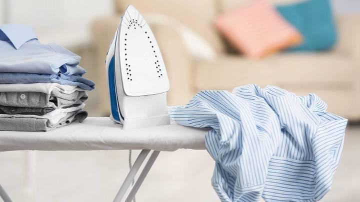 هذا هو الحل الأسهل لمشكلة بقع المكواة على الملابس... هكذا تزيلينها