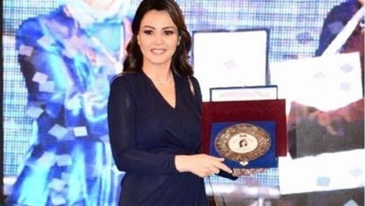 شاهد.. إطلالة دينا فؤاد فى حفل تخرج مدارس طيبة