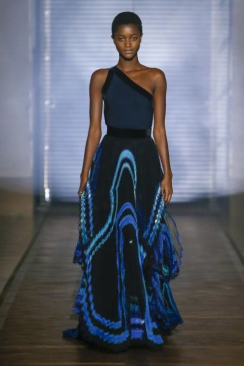 62de1b8b4 تألقي بفساتين سهرة باللون الأزرق الساحر من عروض الأزياء !