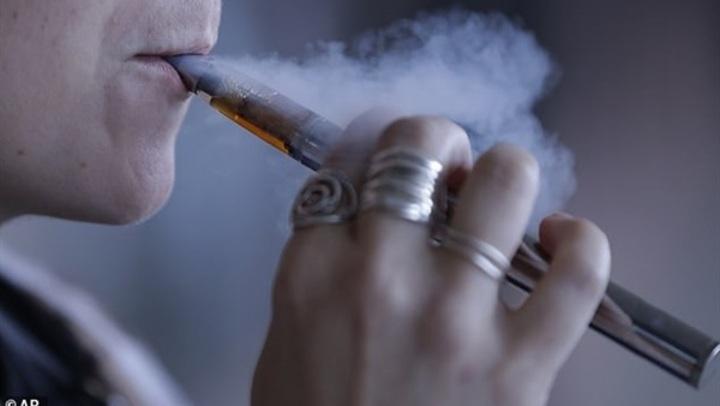 التعرض لبخار السجائر الإلكترونية يؤدي إلى كارثة صحية