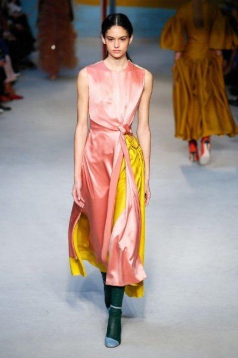 أجمل الاطلالات باللون الزهري الجذاب من عروض الأزياء العالمية!