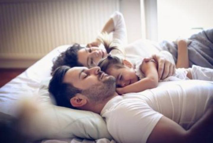استمتع بزوجتك دون شعور الأطفال.. 5 طرق مثيرة