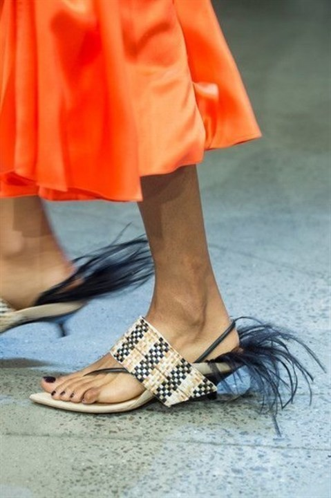 تألقي هذا الصيف بأجمل أحذية القش العصرية!