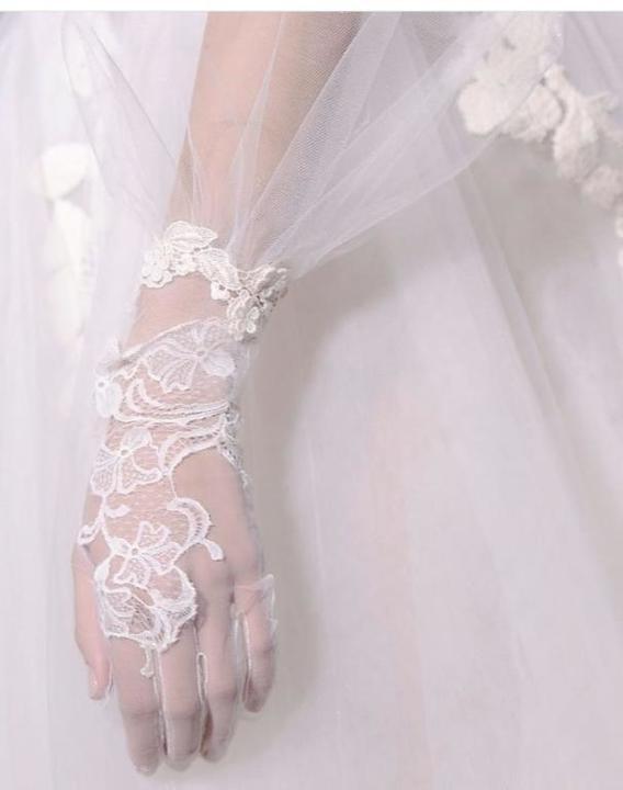 لإطلالة ملكية.. قفازات عروس تناسب العام الجديد (صور)