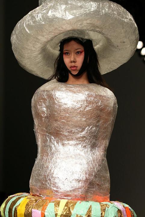"""بالصور أزياء على شكل """"واقي ذكري"""" خلال أسبوع لندن للموضة"""