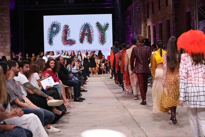 فيديو: إيلي صعب شارك طلاب تصميم الأزياء في الجامعة اللبنانية الأميركية فرحتهم بالتخرج