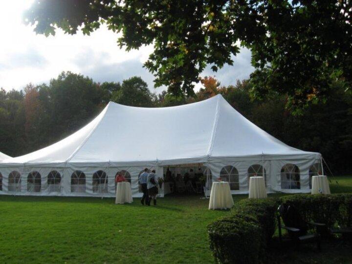 إختاري الخيمة لزفاف جذاب في الهواء الطلق